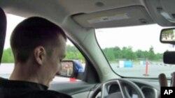 19岁的凯文测试自己在集中精力和分神状态下驾驶技能的差异