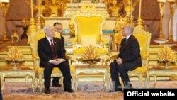 Tổng Bí thư Nguyễn Phú Trọng (trái) và Quốc Vương Quốc vương Campuchia Norodom Sihamoni, hôm 20/7 tại chính điện Hoàng Cung ở thủ đô Phnom Penh (Ảnh: Chinhphu.vn)
