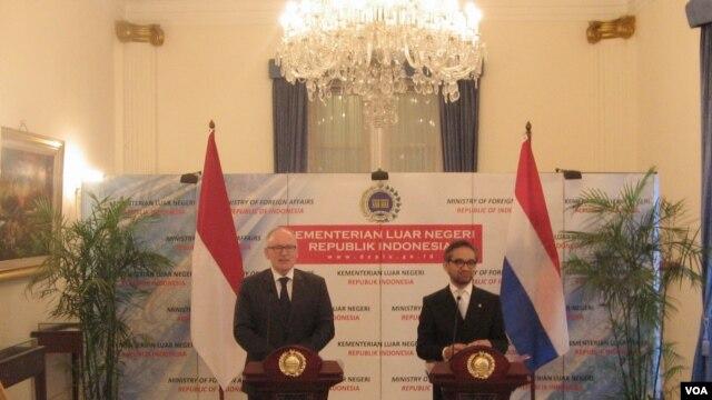 Pernyataan bersama Menteri Luar Negeri Marty Natalegawa dengan Menteri Luar Negeri Belanda Frans Timmermans di Jakarta. (VOA/Andylala Waluyo)