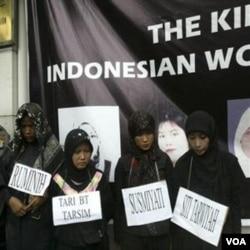 Aktivis LSM melakukan aksi protes atas perlakuan TKW Indonesia di Saudi Arabia di depan Kedubes negara tersebut di Jakarta (foto: dok).