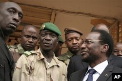 Le leader de l'ex-junte, Cne Amadou Haya Sanogo (au c.) en compagnie de Dioncounda Traoré, le 9 avril 2012