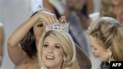 Cô Teresa Scanlan đã thắng trong cuộc đua với 52 phụ nữ trẻ tuổi khác trong cuộc dự tranh giải Hoa Hậu tổ chức tại sòng bài Planet Hollywood ở Las Vegas