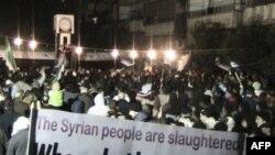 Người biểu tình xuống đường phản đối Tổng thống Syria al-Assad tại Homs, ngày 10/2/2012