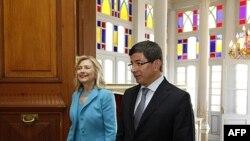 ABD Dışişleri Bakanı Hillary Clinton ve Dışişleri Bakanı Ahmet Davutoğlu İstanbul'da yaptıkları ikili görüşme öncesinde (16 Temmuz 2011)