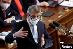Premijer Češke Andrej Babiš gestikulira tokom obraćanja parlementu, 3. juna 2021.