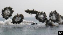 Xe tấn công đổ bộ tiến vào bờ biển trong cuộc tập trận chung Mỹ-Nam Triều Tiên tại Pohang, ngày 30/3/2015.