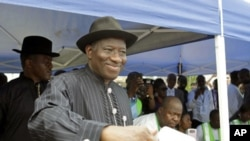Nigerian President Goodluck Jonathan casts his ballot in his home village of Otuoke, Bayelsa state, April 16, 2011