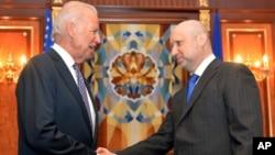 2014年4月22日乌克兰总统图奇诺夫在基辅迎接美国副总统拜登(左)