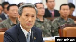 김관진 한국 국방부 장관이 22일 국회 국방위에서 의원질의에 답변하고 있다.