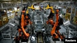 Autonomous robots assemble an X model SUV at the BMW manufacturing facility in Greer, South Carolina, U.S. November 4, 2019. REUTERS/Charles Mostoller - RC1CD125EFB0