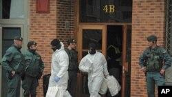En esta foto de archivo del 1 de marzo de 2011, agentes de la Guardia Civil Española salen de un edificio luego de arrestar a Daniel Pastor, presunto miembro del grupo separatista vasco ETA.