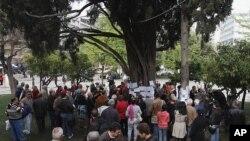 ຝູງຊົນພາກັນເຕົ້າໂຮມກັນຢູ່ກ້ອງຕົ້ນໄມ້ ບ່ອນທີ່ Demitris Chrisstoulas ຍິງຕົວເອງຕາຍ ທີ່ຈະຕຸລັດ Syntagma ໃນກູງ Ethens ວັນພະຫັດ ທີ່ 5, 2012.