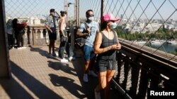 Para wisatawan mengunjungi Menara Eiffel di Paris saat dibuka kembali untuk publik, 25 Juni 2020 lalu (foto: ilustrasi).