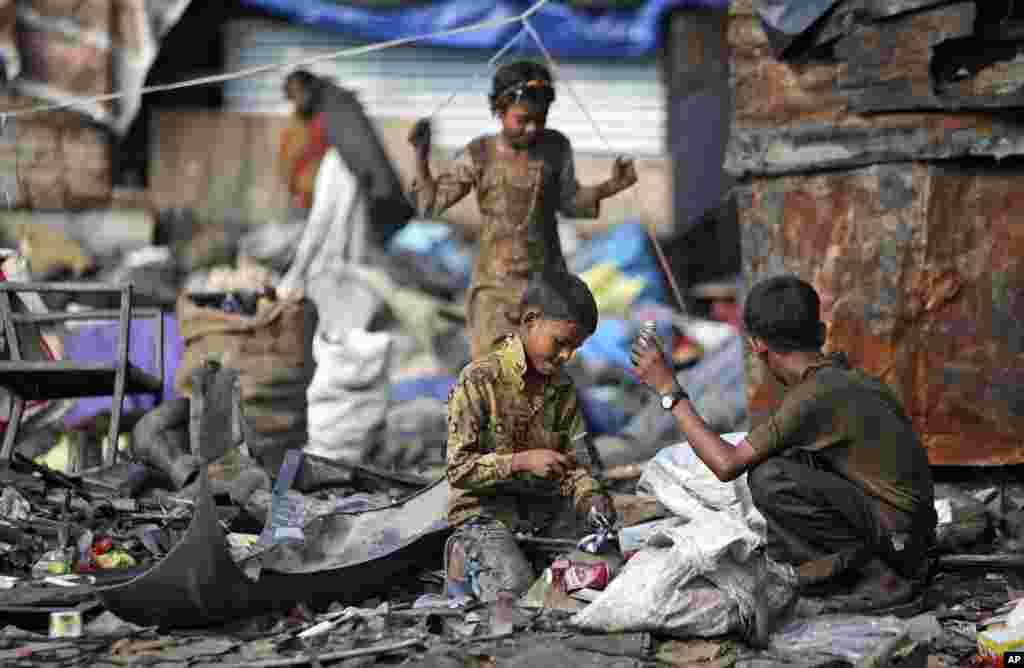 ماہرین کے مطابق ملک میں بچوں سے مشقت لینے میں اضافے کی وجہ بڑھتی ہوئی غربت اور مہنگائی کو ٹہرایا جاتا ہے۔