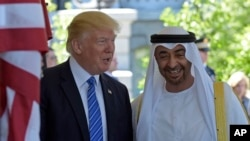 Presiden Donald Trump menyambut Putra Mahkota Abu Dhabi Pangeran Sheikh Mohammed bin Zayed Al Nahyan di Gedung Putih, Washington, D.C., 15 Mei 2017 (foto: AP Photo/Susan Walsh)