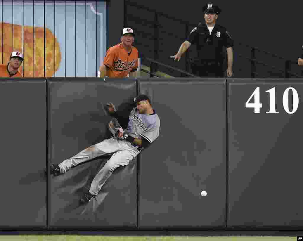 Mason Williams កីឡាករមកពីក្លឹប New York Yankees បុកនឹងជញ្ជាំង បន្ទាប់ពីចាប់គ្រាប់បាល់ខុស ដែលវាយដោយកីឡាករ Nolan Reimold មកពីក្លឹប Baltimore Orioles ក្នុងអំឡុងពេលប្រកួតកីឡា Baseball កាលពីថ្ងៃទី១៣ ខែមិថុនា ឆ្នាំ២០១៥។