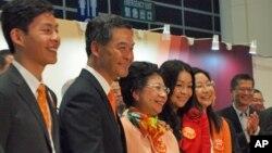 梁振英和家人獲選後讓記者拍照
