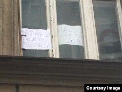Prozori prostorija Jevrejske opštine Beograd,, nakon lažne dojave o postavljenoj bombi u zgradi JOB-a, u Beogradu, 16. marta 2019. (Foto: Jovani Varon, JOB)