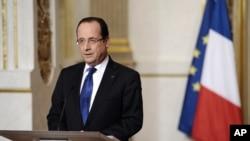Le président français François Hollande donne un discours sur la situation au Mali, à Paris, le 12 janvier 2013.