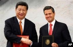 시진핑(왼쪽) 중국 국가주석과 엔리케 페냐 니에토 멕시코 대통령이 지난 2013년 6월 멕시코시티에서 만나 악수하고 있다.