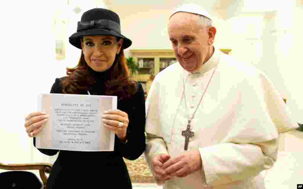 Pope Francis with Argentine President Cristina Fernandez, holding a picture of a plaque commemorating the 1984 peace and friendship treaty between Argentina and Chile, March 18, 2013.