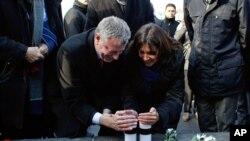 Geçen ay Paris'i ziyaret eden New York Belediye Başkanı Bill de Blasio, evsahibi Belediye Başkanı Anne Hidalgo'yla birlikte Republique meydanında terör saldırısı kurbanları için düzenlenen anma törenine katılmıştı.