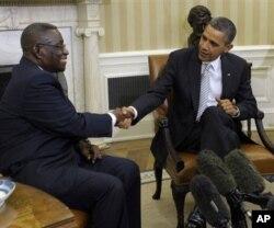 Le défunt président Mills et le président Barack Obama à la Maison-Blanche (Archives)