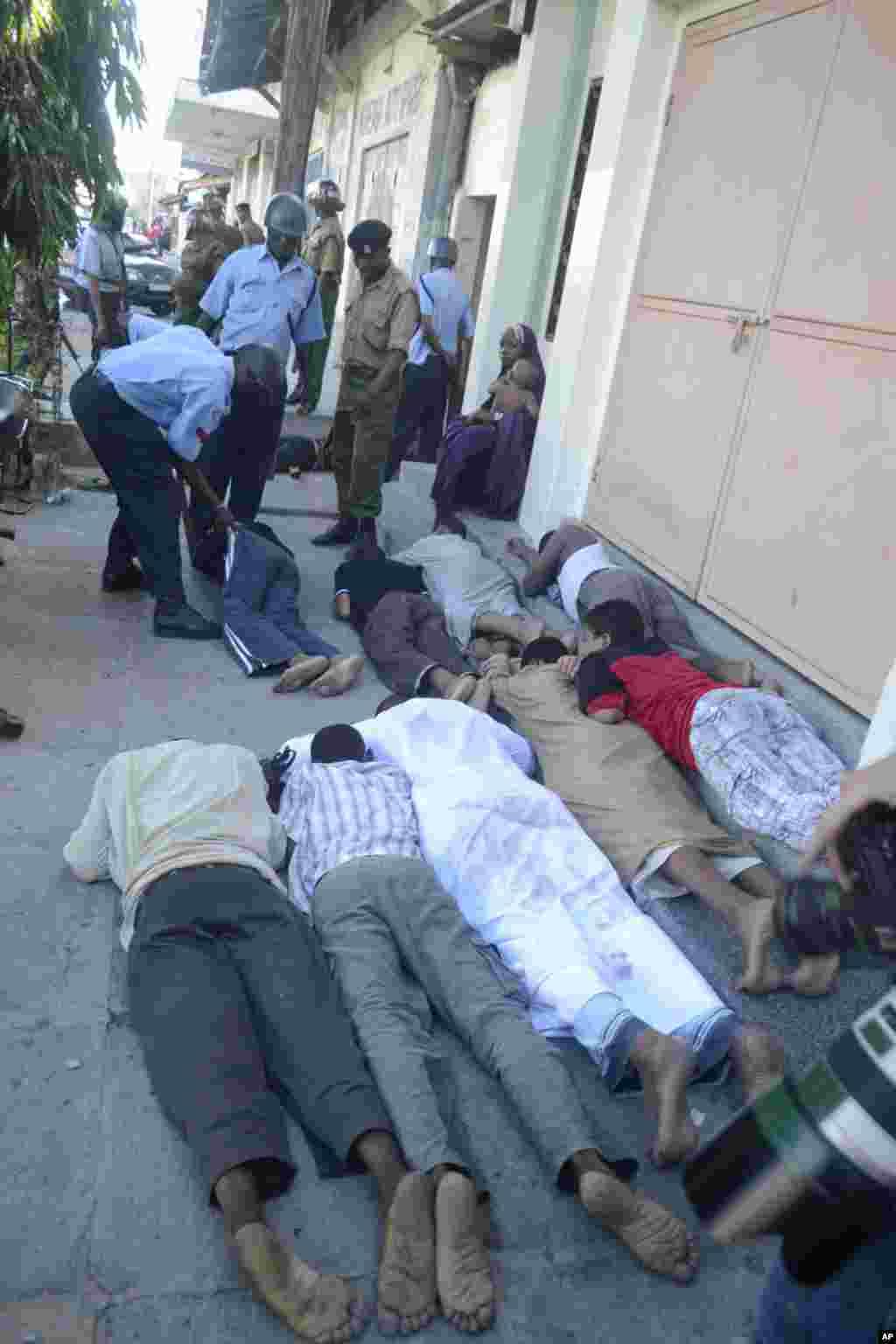Vijana wamelazwa chini nje ya mskiti wa Musa Mombasa