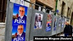 Des affiches de campagne de Jean-Marc Pujol, maire de Perpignan et candidat du parti Les Republicains à la municipale, à l'hôtel de ville de Perpignan, France, le 10 mars 2020. (REUTERS/Alexandre Minguez)