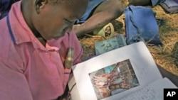 一名乌干达学生读来自美国笔友的信