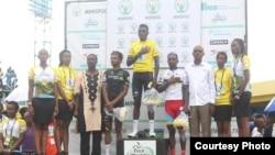 Valens Ndayisenga (hagati) amaze gutsinda Tour du Rwanda