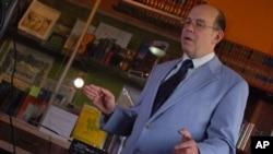 阿瑟‧哈里森向記者講解特雷門電子琴