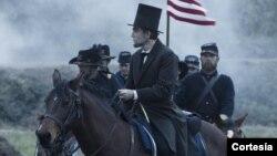 Aktor Daniel Day Lewis berperan sebagai presiden AS ke-16 Abraham Lincoln. (Foto: Dok)