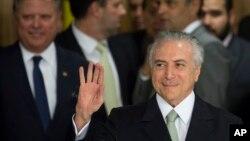 លោក Michel Temer ប្រធានាធិបតីបណ្តោះអាសន្នរបស់ប្រេស៊ីលទៅវិមានប្រធានាធិបតីដើម្បីធ្វើសុន្ទរកថា នៅក្នុងក្រុង Brasilia ប្រទេសប្រេស៊ីល កាលពីថ្ងៃទី១២ ខែឧសភា ឆ្នាំ២០១៦។