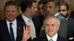 巴西临时总统特梅尔抵达巴西利亚的总统府发表讲话。(2016年5月12日)