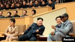 평양을 방문 중인 전 미 농구선수 데니스 로드먼(오른쪽)이 9일 김정은 북한 국방위 제1위원장(가운데)과 함께 미-북 친선 농구경기를 관람하고 있다.
