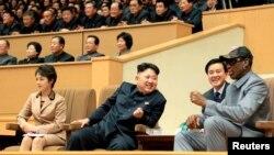 Kim Jong Un và Dennis Rodman xem một trận tranh tài bóng rổ giữa các cựu cầu thủ bóng rổ Mỹ và đội bóng rổ Hwaebul của Bắc Triều Tiên tại Bình Nhưỡng.
