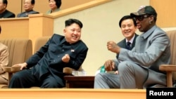 Rodman y Kim Jung Un conversan durante el juego de baloncesto en honor del líder norcoreano, por su cumpleaños 31.