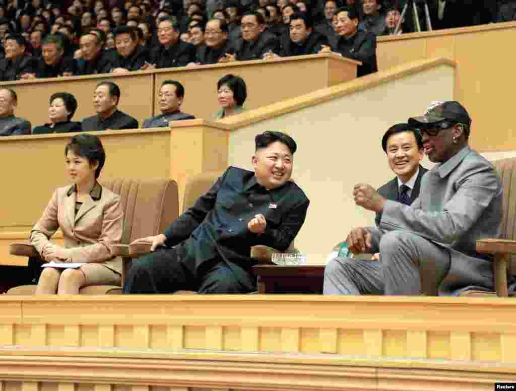 Rodman e Kim Jong Un, o líder norte-coreano, assistem ao jogo entre o ex-jogadores da NBA e os ex-jogadores de basquetebol da Coreia Norte. O jogo foi um presente de aniversário que Kim pediu a Dennis Rodman. Pyongyang, Jan. 7, 2014