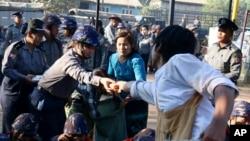 4일 미얀마 양군 북부에서 학생 시위대가 경찰과 음식을 나누고 있다.