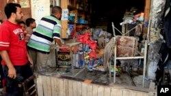 伊拉克首都巴格達市郊得一家商店在發生汽車炸彈爆炸後檢視損毀情況。