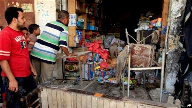 Một cửa hàng bị hư hại sau vụ đánh bom xe ở thành phố Kut, 100 dặm (160 km) phía đông nam thủ đô Baghdad, ngày 16/6/2013.