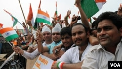 Para pendukung aktivis anti-korupsi Anna Hazare melambai-lambaikan bendera nasional India di Taman Ramlila, New Delhi (22/8).