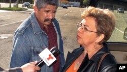 18일 제아의 어머니가 법원 밖에서 기자들의 질문에 답하고 있다.