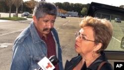 Les parents de Marcos Alonso Zea répondant aux questions des reporters.