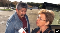 Bà Sandra Zea, mẹ của Marcos Alonzo Zea, nói chuyện với các phóng viên bên ngoài tòa án ở Central Islip, bang New York, sau cáo buộc đối với con trai bà, ngày 18/10/2013.