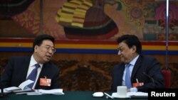 2016年3月7日,中共西藏自治区党委副书记吴英杰在人大会议上和西藏人大主席交谈