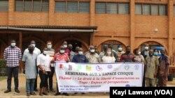 Photo de famille des participants d'un séminaire sur l'espace civique à Lomé, 31 mars 2021. (VOA/Kayi Lawson)