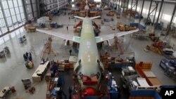Karyawan Airbus tengah merakit pesawat jenis A320 di sebuah pabrik Airbus di Hamburg (Foto: dok). Produsen pesawat terbesar dunia ini akan membangun pabrik pertamanya di kota Mobile, Alabama, AS.