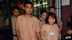 Sinh viên Patiwat Saraiyaem, 23 tuổi (trái), và Porntip Mankong, 26 tuổi, bị tuyên án hai năm rưỡi tù vì dính líu tới một vở kịch chính trị năm 2013 mà vị thẩm phán cho là phỉ báng Hoàng tộc Thái Lan